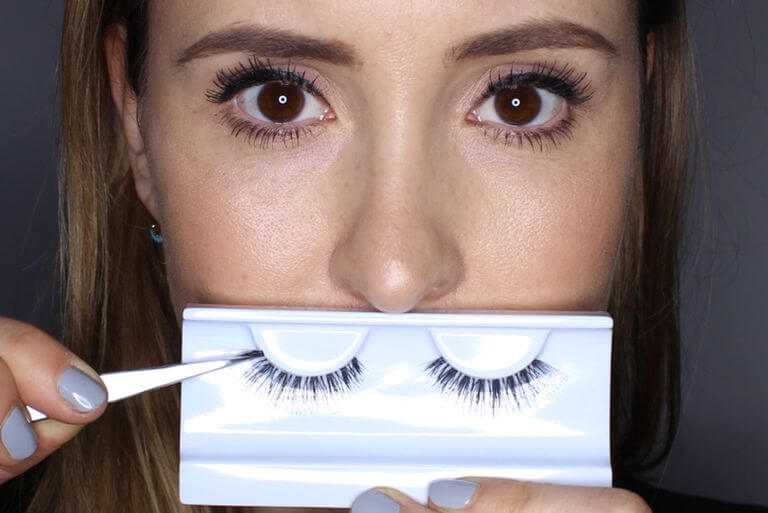 REMOVING THE LASHES FROM THE BOX